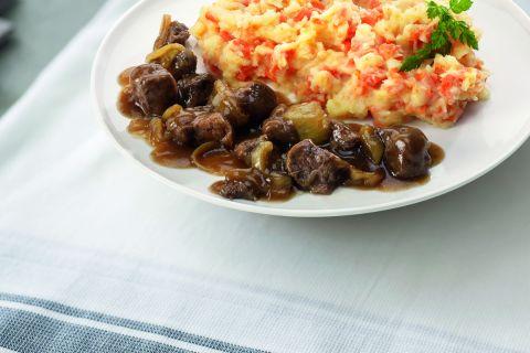 Hutspot naar oud-Hollands recept met stukjes runderstoofvlees in jus (kleine maaltijd)
