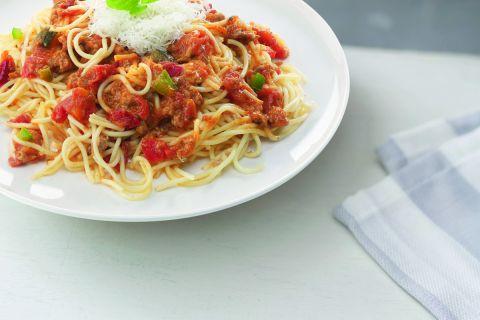 Spaghetti bolognese gegarneerd met kaas