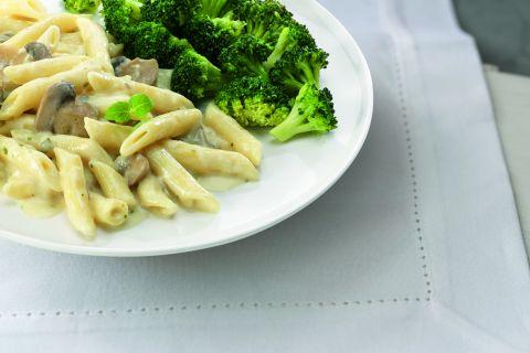 Italiaanse pasta penne met een romige champignonragout en broccoliroosjes