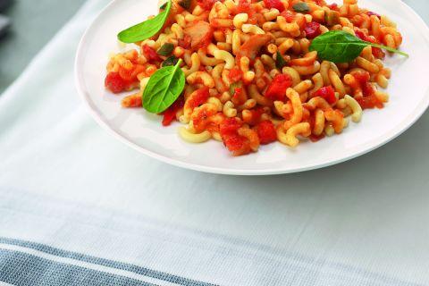 Italiaanse macaroni in tomatensaus met ham en kaas