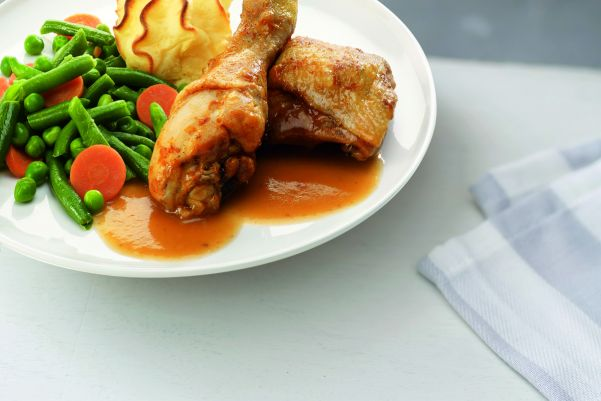 Gegrilde kippenbout met een mix van groenten en aardappelpuree