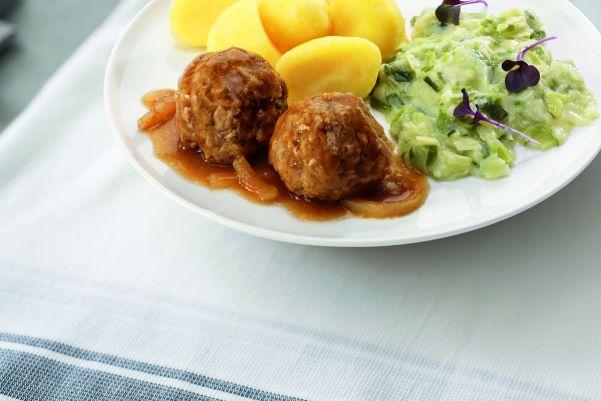 Huisgemaakte gehaktballen in uiensaus met prei en gekookte aardappelen (zoutarm)