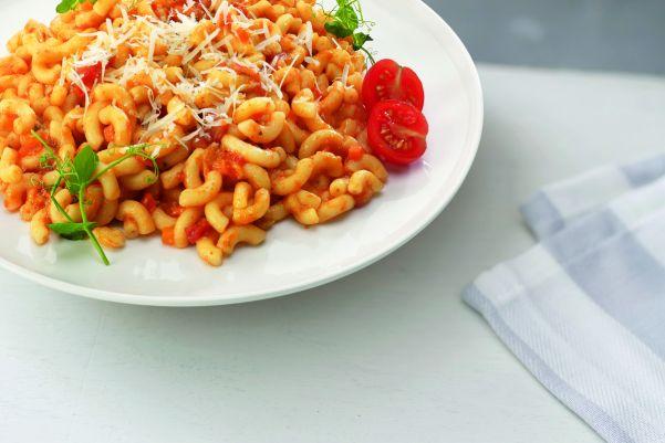 Italiaanse macaroni met tomatensaus en smaakvolle Rigatello kaas