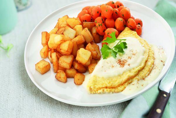 Omelet in kaassaus met worteltjes en gebakken aardappelen