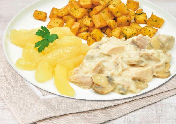Kipstoofpotje met champignons, appelcompote en gebakken aardappelblokjes
