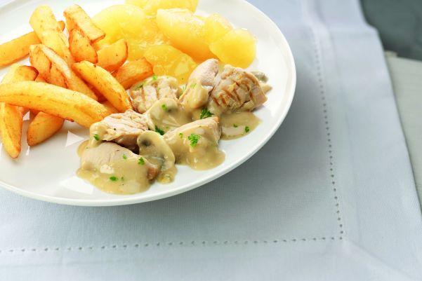 Kipstoofpotje in champignonsaus, appelcompote en gekruide aardappelblokjes
