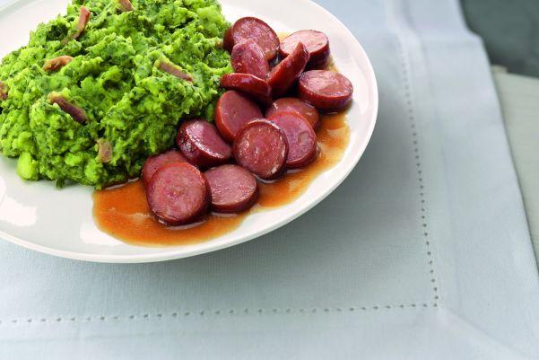 Hollandse boerenkoolstamppot met spekjes en gesneden rookworst in jus (kleine maaltijd)