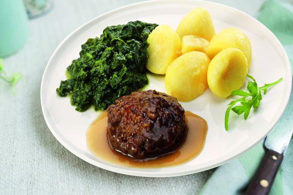 Rundergehaktbal in jus met romige bladspinazie en gekookte aardappelen