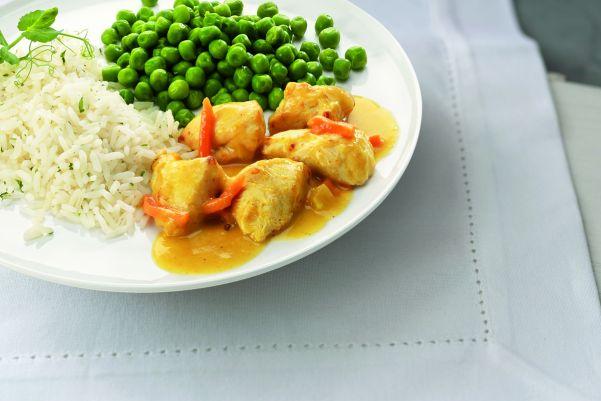 Kip in kerriesaus met doperwten en rijst