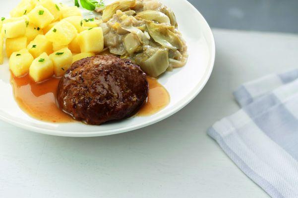Huisgemaakte gehaktbal in jus met witlof met gekookte aardappelen met bieslook