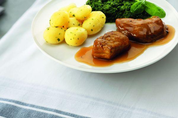 Malse varkensoester met romige spinazie en gekookte krieltjes