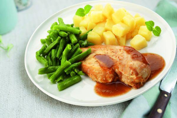 Malse kipfilet in jus met sperziebonen en gekookte aardappelen