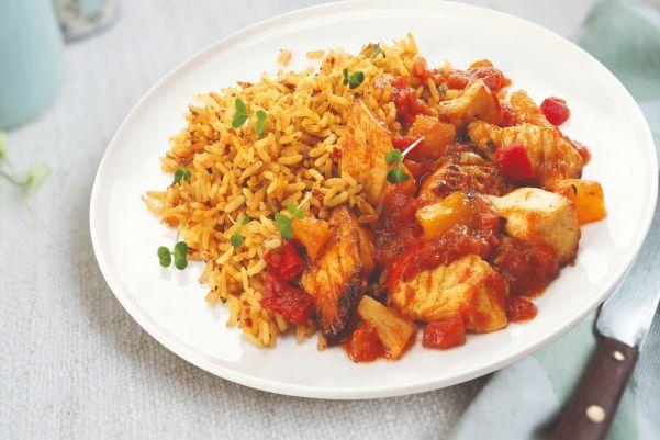 Mexicaanse kipschotel gevuld met paprika, ananas en rijst