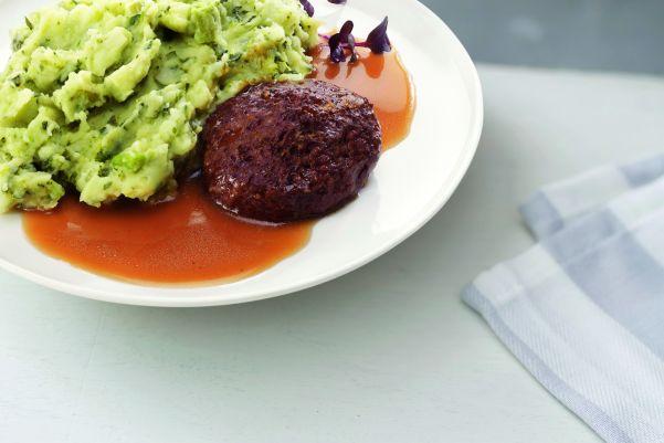 Stamppot van vier groenten met een huisgemaakte gehaktbal in jus