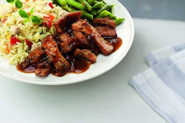 Indonesische rijsttafel met babi ketjap en sambalboontjes (kleine maaltijd)