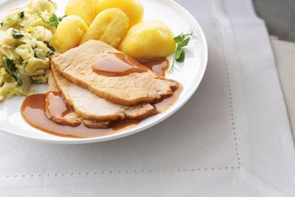 Dungesneden varkensvlees in jus met savooiekool en gekookte aardappelen