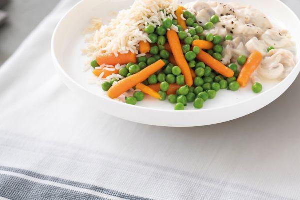 Romige kippenragout met worteltjes- en doperwtenmix en rijst