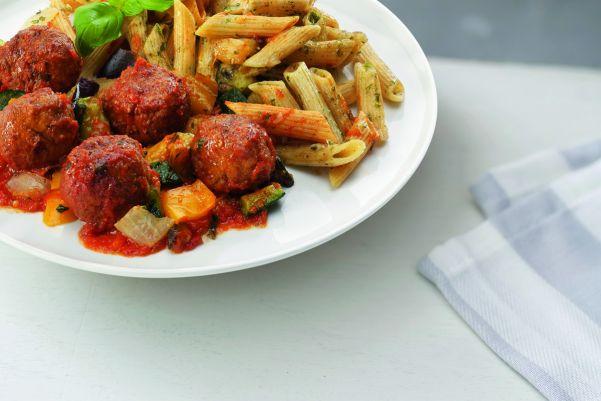 Volkoren pasta met veel groenten en vegetarische balletjes