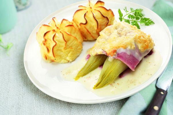 Witlofschotel met ham en kaassaus en aardappelpuree