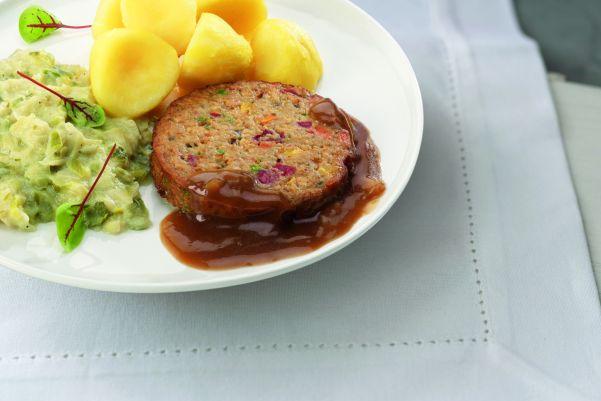 Groenteburger met prei en gekookte aardappelen