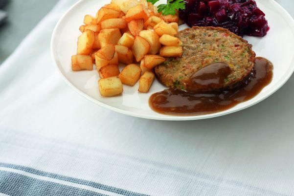 Groenteburger met rode bietjes en gebakken aardappelen