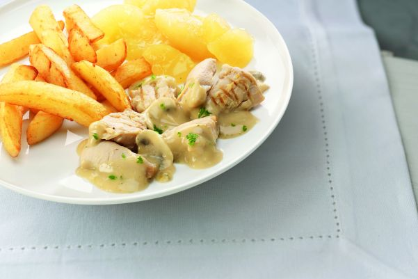 Kipstoofpotje in champigionsaus, appelcompote en gekruide aardappelblokjes