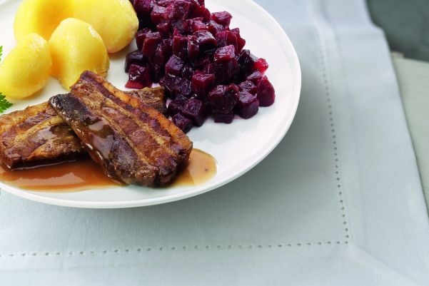 Speklap met rode bietjes en gekookte aardapelen