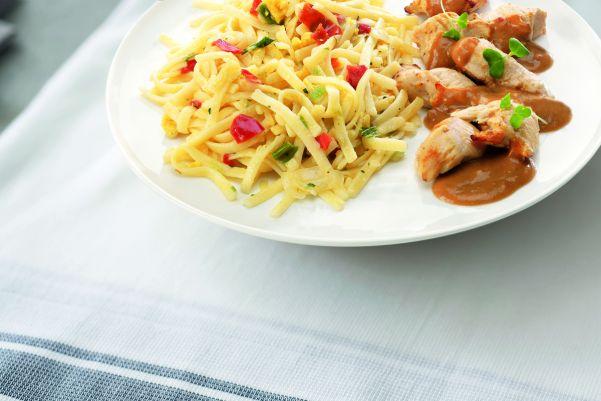Bami Goreng speciaal met kip in satésaus (kleine maaltijd)