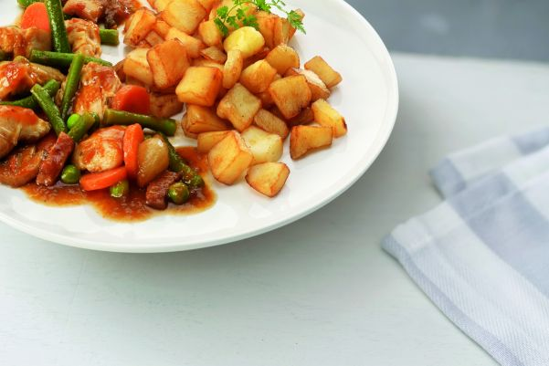 Kip met champignons, groentemix en gebakken aardappelen