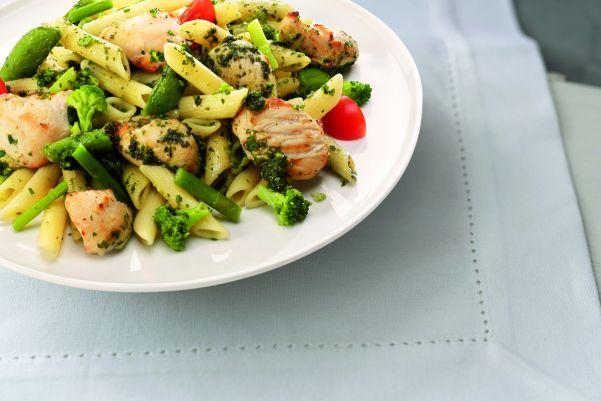 Penne in pestosaus met kip en groene groenten