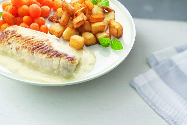 Gebakken visfilet in botersaus met Parijse wortelen en gebakken aardappelen