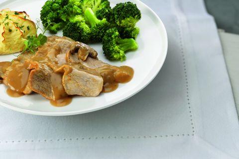 Varkenslapje in champignonsaus met broccoliroosjes en aardappelpuree (op=op)