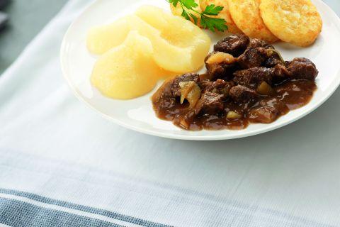 Draadjesvlees in biersaus met stoofpeertjes en aardappelkoekjes