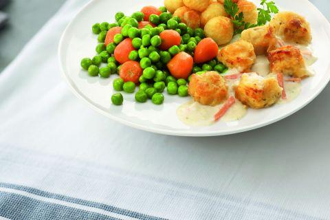 Kibbeling met een mix van worteltjes en doperwten en gekruide aardappelblokjes