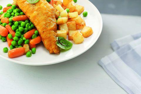 Lekkerbekje met een mix van doperwten en wortelen en gebakken aardappelen