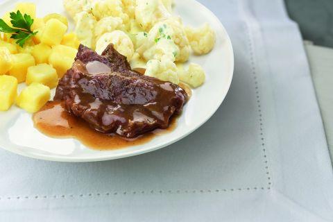 Sucadelapje met bloemkool in bechamelsaus en gekookte aardappelen