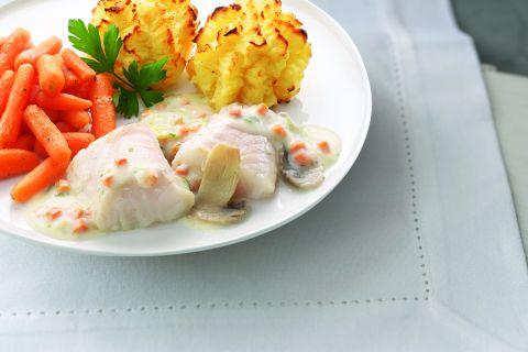 Kabeljauwfilet in romige vissaus met worteltjes en aardappelpuree