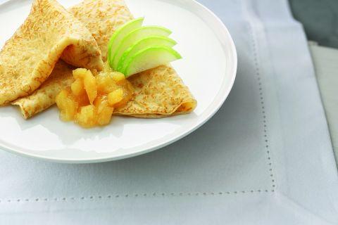 Twee Hollandse pannenkoeken met appel