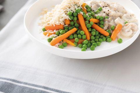 Kippenragout met worteltjes, doperwten en rijst