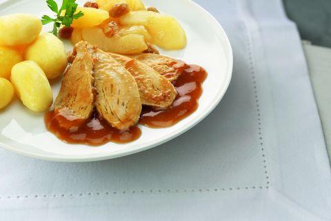 Kalkoenfilet met appelcompote en rozijnen en gekookte aardappelen
