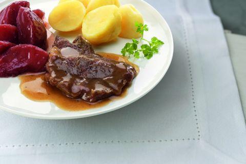 Sucadelapje in jus met stoofperen en gekookte aardappelen