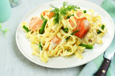 Tagliatelelle met zalm en groene aspergepuntjes  (kleine maaltijd)
