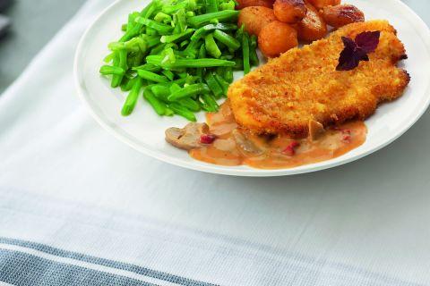 Kipschnitzel met stroganoffsaus, snijbonen en gebakken krieltjes