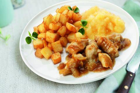 Kipfilet in uiensaus met appelmoes en gebakken aardappelen