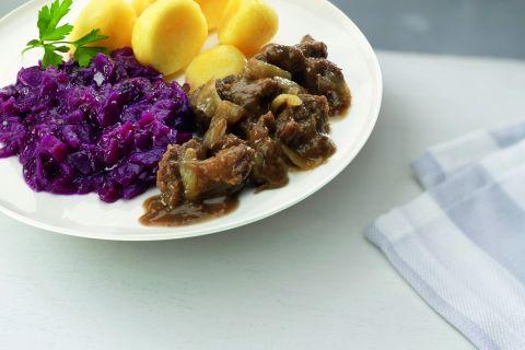 Hollandse hachee met rode kool en gekookte aardappelen (kleine maaltijd)