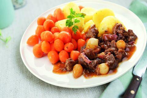 Boeuf bourguignon met Parijse wortelen en gekookte aardappelen