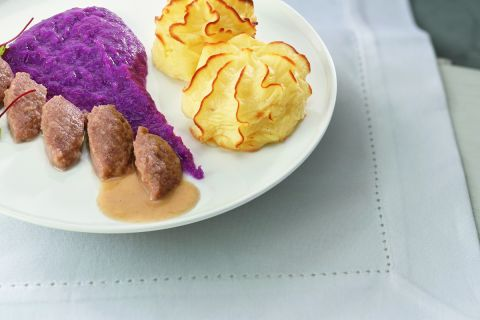 Runderhachée met rode kool en aardappelpuree