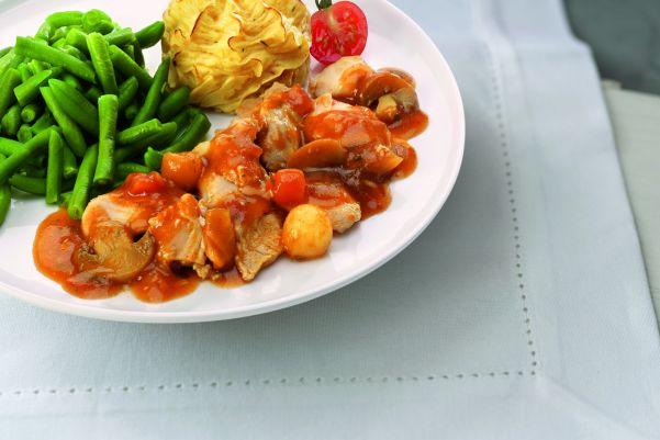 Kip naar oma's recept met sperziebonen, tomatenblokjes en aardappelpuree