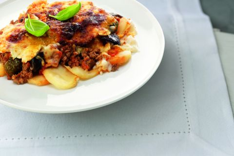 Gehaktschotel met aubergine, courgette en aardappelschijfjes in kaassaus